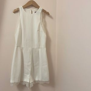 TOPSHOP white romper with lace trimming. Size: 4US